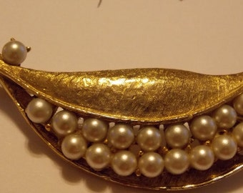 Sale Vintage Unsigned Gold Tone Faux Pearl Brooch