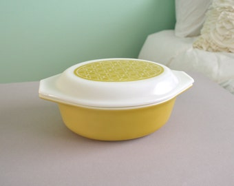 Pyrex Promotional Wicker Cinderella Oval Casserole Dish with Matching Lid