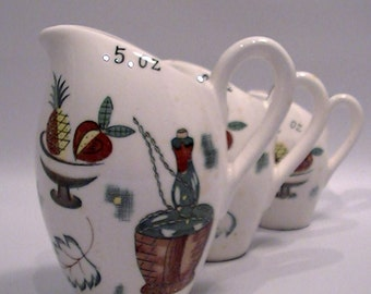 Vintage Japan Made Ceramic Mid Century Retro Set of 3 Measuring Pitchers/Cups in Ounces