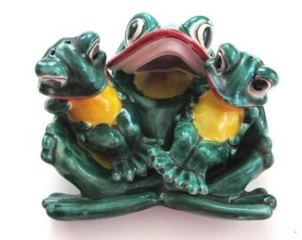 Hilarious Vintage Salt & Pepper Shaker Condiment 3 Frogs Mom and Babies