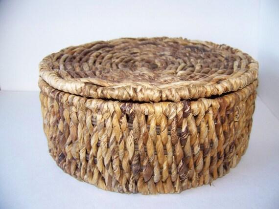 Round wicker basket with lid - Round wicker hamper with lid ...