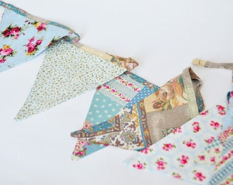 Banner di stoffa fantasia floreale celeste e bianco / Baby Blue and White Floral Fabric Bunting