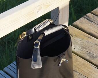 Tote Bag negro brillo combinado serpiente. Elaborado en piel de vacuno y cosido a mano.