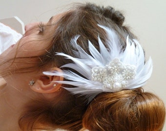 Feather Fascinator, Feather bridal  Hairclip ,Bridal White Feather Hair Fascinator with Lace Embellishment, feather pearl ,feather headpiece