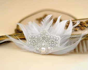 Feather bridal  Hairclip ,Feather Fascinator,Bridal White Feather Hair Fascinator with Lace Embellishment, feather pearl ,feather headpiece