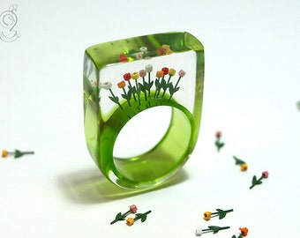 Tulips from Amsterdam – springlike flower ring with colourful plastic mini-tulips on a green ring made of resin