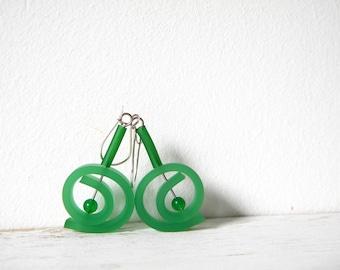 Emerald green earrings, dangle summer jade earrings round spiral rubber earrings