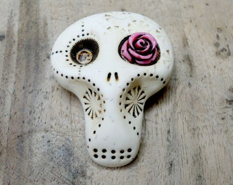 White sugar skull with a hot pink rose in his eye. Brooch, keychain, pendant or magnet (you choose)
