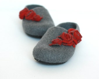 Women house shoes - felted wool slippers - Mothers day gift - grey slippers with red roses - gift for her - women slippers - felted slippers