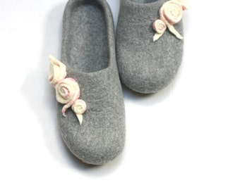 Women house shoes - felted wool slippers - Mothers day gift - light grey with white pink roses - gift for her - felted slippers