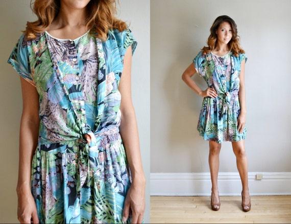 Vtg 70s 80s leopard novelty print tie front sun dress // ruffle mini skirt SAFARI jungle print bow tie button up apron mini dress