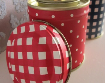 Handmade soy candle in vintage-style, red and white spotted tin with gingham lid