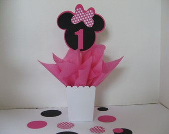 Minnie Mouse birthday table decoration with large table confetti