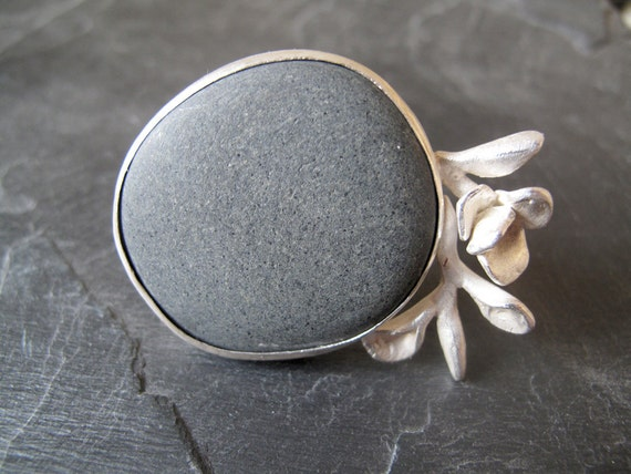 OFELIA // Sterling silver ring with natural beach black stone