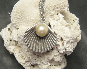 Vintage Shell Pendant Necklace N5290