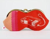 Peanut - Retro cameras on red - eyeglasses metal frame purse