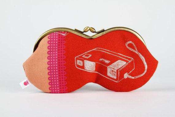 Peanut - Retro cameras on red - eyeglasses metal frame purse