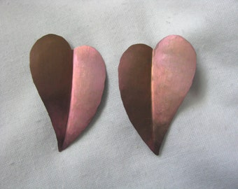 Coppery pink hammered metal heart shaped earrings