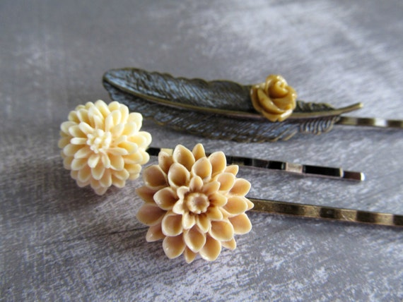 Three flower and feather hair pins - beige and cream vintage inspired hair pins with a patina feather pin