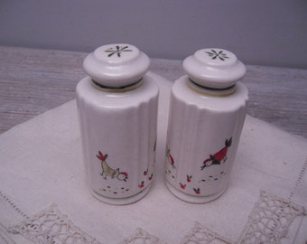 ceramic chicken salt and pepper shakers / chicken motif / shaker set