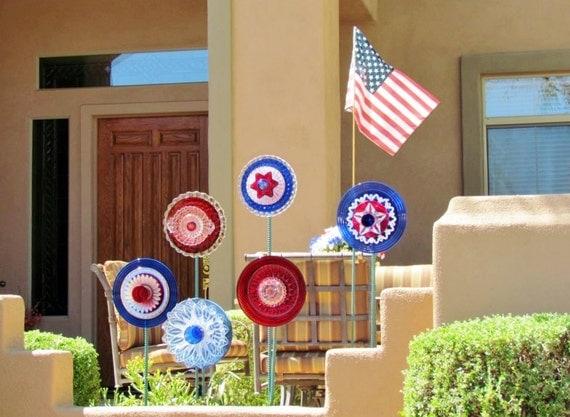 Patriotic garden art yard decor reclaimed glass flower for Upcycled yard decor