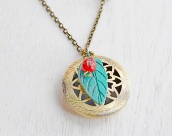 LadyBug Leaf Locket Necklace,Lady Bug Jewelry,Patina Verdigris Green Leaf Locket,Round Locket,Insect Charm Jewelry,Patina Jewelry,Whimsical