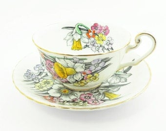 Vintage daffodil tea cup and saucer - Victoria C & E Bone China - England - In excellent condition