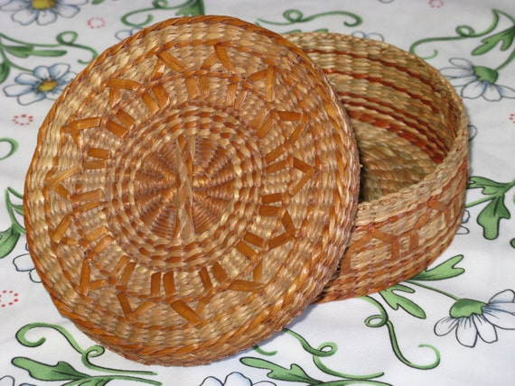 vintage basket round with lid small natural woven by corgipal. Black Bedroom Furniture Sets. Home Design Ideas