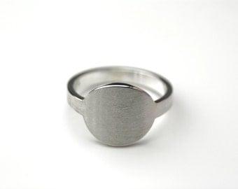 Medium statement ring, round in silver