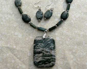 18 Inch Green and Cream Jasper Pendant Necklace with Earrings