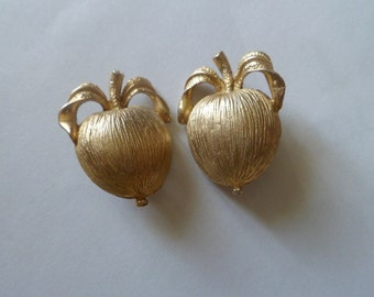 Adam's Delight Sarah Coventry Vintage Goldtone Clip On Large Apple Earrings