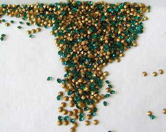 100 Swarovski Emerald Green Chatons 8PP  3SS 1.4-1.5mm  Rhinestone Crystal