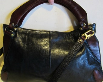 Lovely vintage seventies bag, in black and burgundy leather, with long shoulder strap.