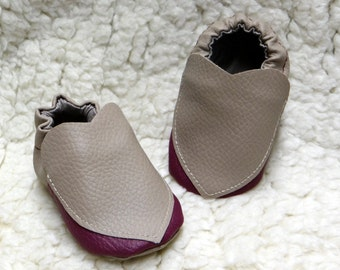 Young slippers baby in imitation leather with motives hearts, customizable size.