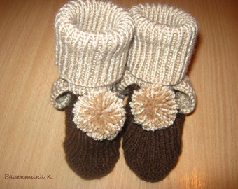 Warm socks-booties for the baby. Knitted socks. Baby socks.