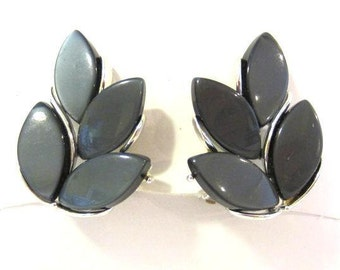 Vintage jewelry LISNER Lucite clip on earrings
