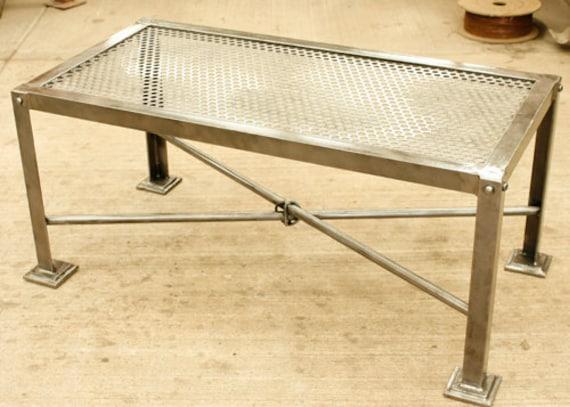 Mesa de centro en hierro y l mina perforada hecha para durar for Mesas de hierro forjado y madera
