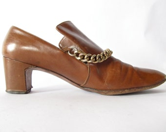 Vintage Saks Heels . 1940s Creamy Coffee Brown Leather . Large Vamp and Gold Chain . Size 6 1/2 Narrow Saks Fifth Avenue
