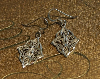 Vintage filigree heart design earrings in 925 sterling silver with diamond cut accents