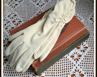 1960s Womens Beige/Taupe Mid-length Ruched Sides Gloves, Size 6