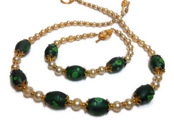 Choker and bracelet, hand made upcycled glass faux graduated pearls and new emerald green lamp work beads OOAK