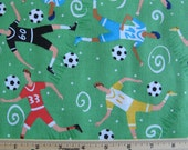 Fat Quarter Sports tissu football joueurs Soccer Allover boules sur le vert - autorité sportive par Lambert de norme pour les tissus en général - Poo