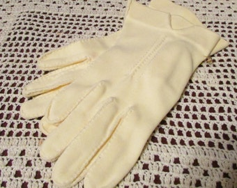 Vintage Ladies Short Light Yellow Gloves  Mad Men  Tag A328