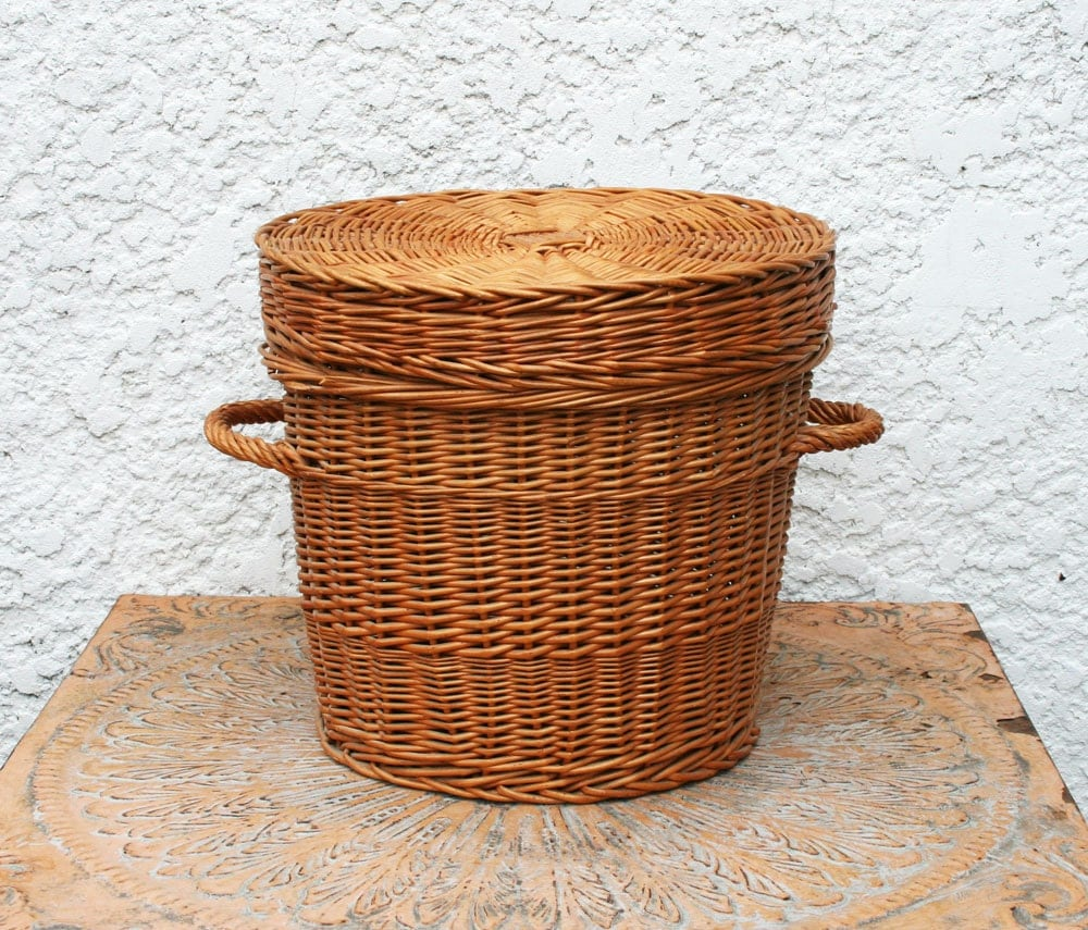 round wicker basket with handles fitted lid. Black Bedroom Furniture Sets. Home Design Ideas