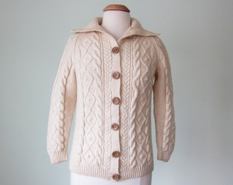 70s sweater/ cableknit cream wooden button cardigan (s - m)