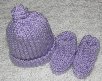 Soft lilac cap and booties