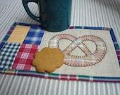 Country bretzel mug rug application hand stitched