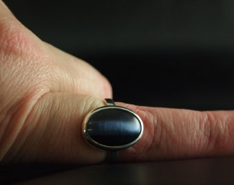 Sterling Silver and Dark Blue Dale Stone Ring Size 8 1/4