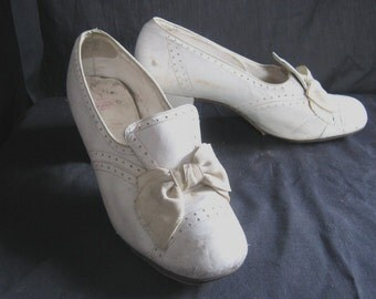 Reserved-please do NOT buy these! Antique shoes, 1930's, cutie-pie, spectator pumps, cream leather, bows-so sweet, small