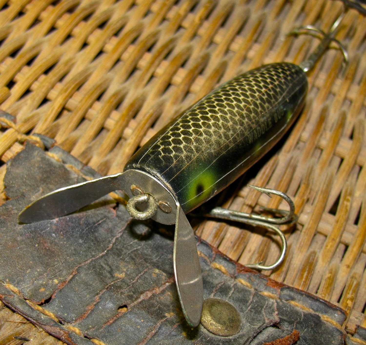Vintage wooden waddle bug fishing lure frog scale unusual for Old wooden fishing lures